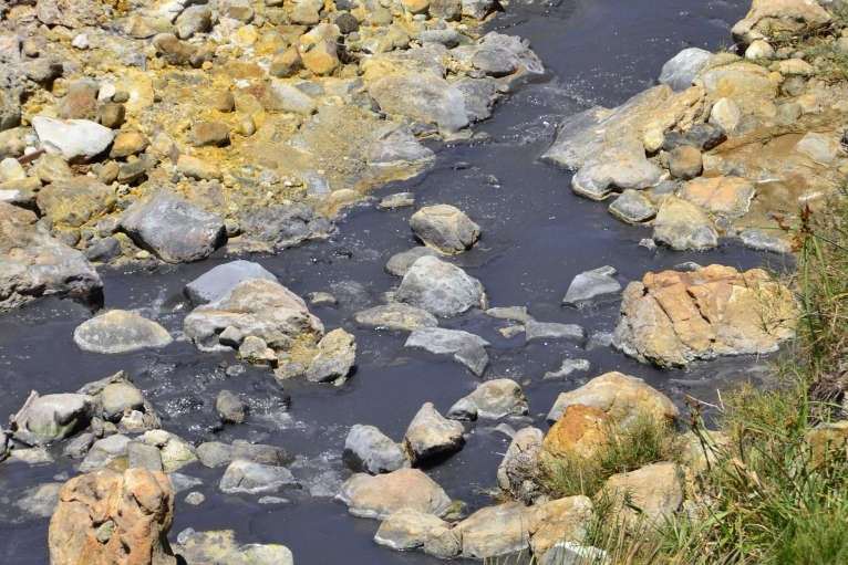 Blackened by a chemical reaction between the high content of sulfur and iron, the water coming out of the springs has a rather dark appeareance