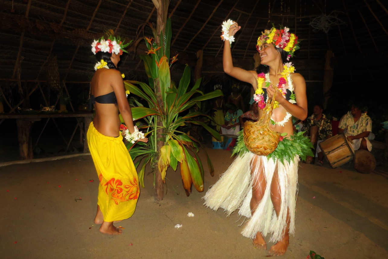Le Ficus restaurant offers its guests traditional food cooked in an earth oven and authentic Polynesian music and dancing