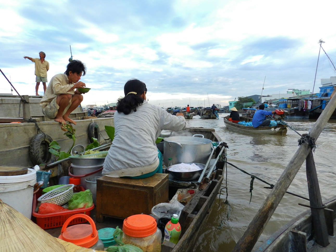 A soup boat at Cai Rang Market offers delicious breakfast