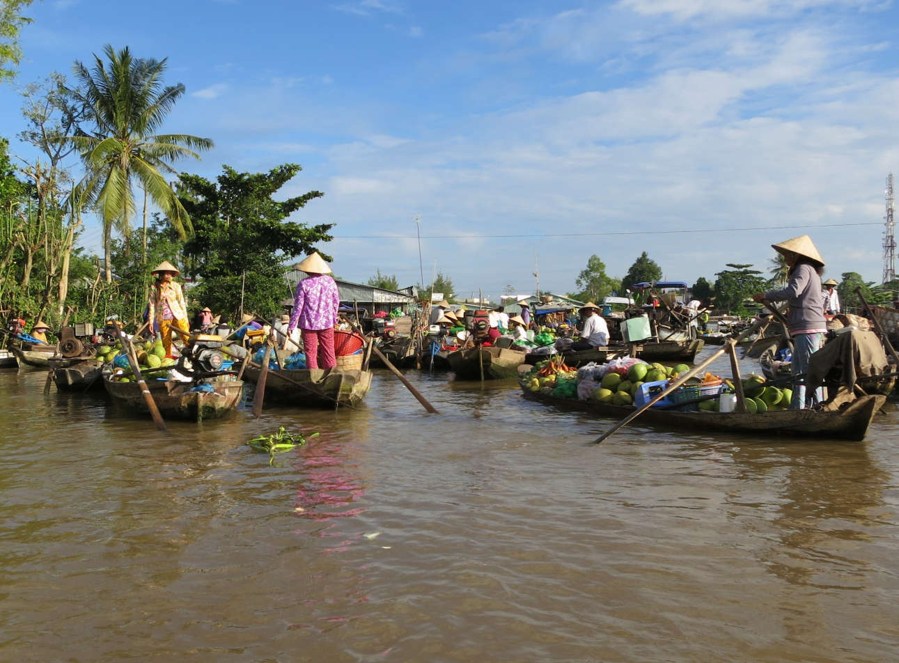 Phong Dien Market consist of only small boats and is therfore more cozy and bustling