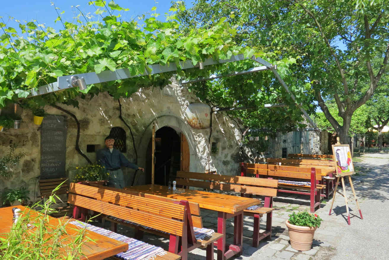 Every first Saturday of the month in summer, the wine cellars along the Kellergasse in Purbach open their doors and invite visitors to eat and drink local delicacies