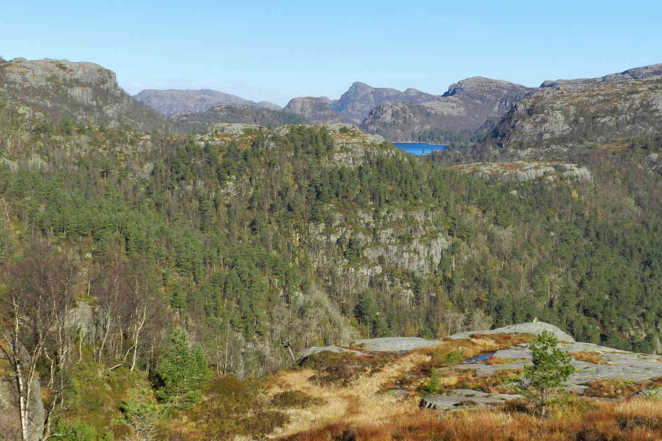 On the hike to Preikestolen you can enjoy great vistas of the surrounding mountains and lakes