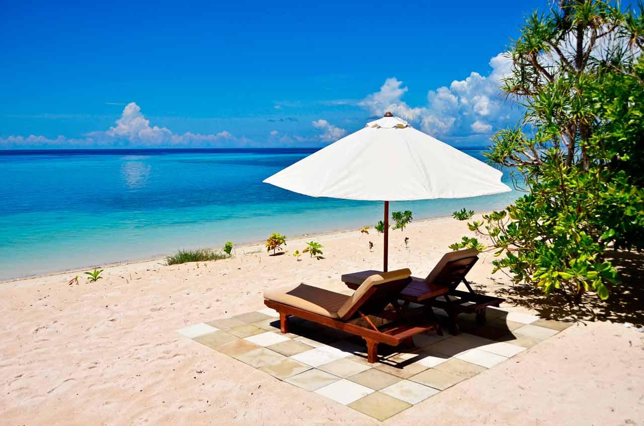 Wakatobi Dive Resort: beach chairs